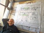 Mgr inż. Andrzej Frydrychewicz na tle projektu koncepcyjnego wersji samolotu Aerovan w układzie dwupłata tandem. (Źródło: https://aamroczek.wordpress.com/).