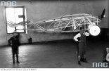 """Józef Grzmilas (pierwszy z prawej) unosi swój samolot. (Źródło: """"Narodowe Archiwum Cyfrowe. Sygnatura: 1-G-1693-2""""."""