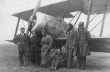 Uczniowie I Szkoły Pilotów AAW przy samolocie Hanriot H-28, wrzesień 1928. (Źródło: Jan Rychter - Fotografia-  http://photo.rychter.com/).