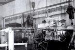 """Badania statyczne samolotu TS-11 """"Iskra"""" (badania hamulców aerodynamicznych) prowadzone przez doc. inż. Tadeusza Chylińskiego. (Źródło: ze zbiorów Rafała Chylińskiego)."""