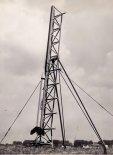 """""""Meteor 1"""" na wyrzutni. (Źródło: """"Opis i Instrukcja Eksploatacji Rakiety Meteorologicznej Meteor-1"""". Instytut Lotnictwa. Warszawa 1965)."""