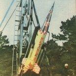 """Rakieta meteorologiczna """"Meteor-2K"""" na wyrzutni startowej. (Źródło: Modelarz nr 5/1985)."""