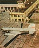 Samolot pasażerski Avia Av-14P/T (SP-LNN) na płycie postojowej dworca Okęcie. (Źródło: Skrzydlata Polska nr 3/1965).
