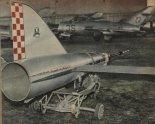 """Cel latający """"Gacek-2"""" w hangarze. (Źródło: Skrzydlata Polska nr 26/1957)."""