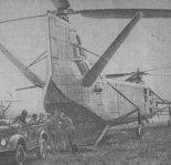 Śmigłowiec Jak-24 w czasie wyładunku desantu powietrznego na pokazach w Tuszyno, ok. 1956. (Źródło: Skrzydlata Polska nr 9/1957).