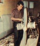 """Konstruktor podczas pracy przy samolocie J-1 """"Prząśniczka"""". (Źródło: Skrzydlata Polska nr 4/1970)."""