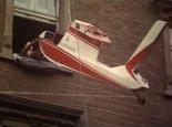 """Kadłub samolotu J-1 """"Prząśniczka"""" opuszczany na ziemię z mieszkania na II piętrze!. (Źródło: archiwum)."""