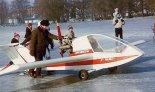"""Samolot Leniec J-2 """".Polonez"""" podczas przygotowań do lotu z powierzchni zamarzniętego  jeziora. (Źródło: Wojciech Skibiński via www.piotrp.de)."""