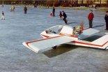 """Start samolotu J-2 """".Polonez"""" z powierzchni zamarzniętego  jeziora. (Źródło: Wojciech Skibiński via www.piotrp.de)."""