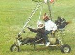 Józef Korol z pasażerką przygotowuje się do lotu. XII Zlot Konstrukcji Amatorskich w Oleśnicy, 1993 r. (Źródło: Zbigniew Staryszak via Lotnictwo Aviation International nr 17/1993).