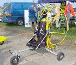 Wózek do paralotni z silnikiem WSK 175. (Źródło: Copyright Bogusław Kuśnierz).
