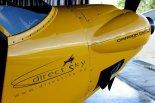 "Logo firmy DirectSky na masce samolotu ""Carbon Cub SS"" (EI-LSA). (Źródło: Copyright "" DirectSky""</a>)."