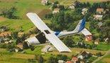 """Prototyp samolotu Ekolot JK-05 """"Junior"""" w czasie lotu próbnego. (Źródło: Przegląd Lotniczy Aviation Revue nr 11/2001)."""