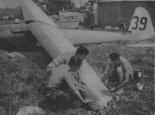 Szybowiec po przygodzie z krowią hordą  podczas Szybowcowych Mistrzostwach Anglii w 1957 r. wymagałdrobnych napraw. (Źródło: Skrzydlata Polska nr 38/1957).
