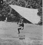 Paweł wierzbowski uzyskuje pewne trafienie w cel. Międzynarodowy Mityng Lotniarski w Eger (Węgry), lipiec 1978 r. (Źródło: Skrzydlata Polska nr 48/1978).