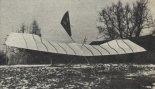 Lotnia Z-77 w wariancie z linką na krawędzi natarcia ustawiona nosem pad wiatr. Widoczne są przyczyny przetarć powłoki. (Źródło: Skrzydlata Polska nr 39/1978).