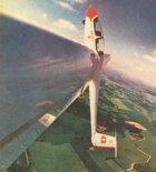Szybowiec Schleicher ASK 21 z Klubu Szybowcowego Lasham podczas akrobacji. W drugiej kabinie leci instruktor, wicemistrz świata w akrobacji szybowcowej Józef Solski, 1989 r. (Źródło: Skrzydlata Polska nr 4/1990).