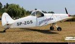 """Samolot Piper PA-25-235 """"Pawnee"""" (SP-ZGS) na lotnisku Częstochowa – Rudniki, 2015 r. (Źródło: Copyright Bartosz Budzisz via www.skrzydla.org)."""