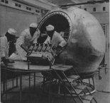 Zabudowa aparatury w makiecie satelity Kosmos 936 (Bios-4). (Źródło: Skrzydlata Polska nr 27/1978).