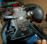 Silnik z widocznym gaźnikiem, tłumikiem szmerów ssania, sprzęgłem odśrodkowym, hamulcem śmigła i przekładnią. (Źródło: Copyright Remigiusz Żukowski).