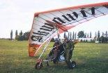 Motolotnia z wózkiem Henryka Orwata i skrzydłem Air Creation XP 17. Na motolotni tej Janusz Kowalik latał podczas kursu motolotniowego w Lesznie, 1999 r. (Źródło: Copyright  Janusz Kowalik).