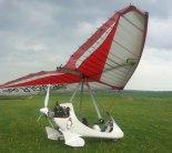 """Wózek motolotniowy """"Echo"""" zaprojektowany przez Andrzeja Kraszewskiego. Skrzydło Air Creation """"iXess 15"""". (Źródło: Copyright Michał Wachowski)."""