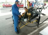 Motolotnia Andrzeja Gumula z wózkiem jego konstrukcji i silnikiem Subaru EA-81. Tankujemy. Widok silnika i śmigła. (Źródło: Copyright Andrzej Gumula).