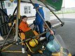 Motolotnia Andrzeja Gumula z wózkiem jego konstrukcji i silnikiem Subaru EA-81. Miejsca załogi. (Źródło: Copyright Andrzej Gumula).