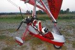 """Motolotnia  składająca się z wózka Air Creation """"Clipper"""" z silnikiem Rotax 582 i skrzydłem Air Creation XS13 użytkowana w Polsce (SP-MGDR). (Źródło: archiwum)."""
