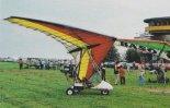 Motolotnia Leszka Solewskiego na zlocie w Turbii koło Stalowej Woli  w 1998 r., jeszcze na pierwszym skrzydle typu XP. (Źródło: Jacek Jeliński via Przegląd Lotniczy nr 10/1998).