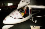 """Samolot Aviasud Engineering """"Albatros"""" podczas montażu w zakładzie Janusza Karasiewicza, 1997 r. (Źródło: Przegląd Lotniczy Aviation Revue nr 9/1997)."""