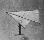 Józef Gigoń w locie na lotni typu Standard, po starcie na nartach. (Źródło: Skrzydlata Polska nr 23/1976).