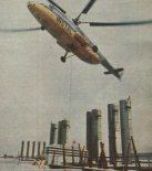 Śmigłowiec Mi-6A należący do przedsiębiorstwa Instal podczas wymiany urządzeń w dużym zakładzie przemysłowym. (Źródło: Skrzydlata Polska nr 1/1980).