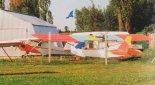 """Samolot TK-1 (z lewej) oraz amfibia KO-10 """"Sea Witch"""" przed hangarem Stowarzyszenia Lotniczego w Aleksandrowie. (Źródło: Przegląd Lotniczy Aviation Revue nr 8/1999)."""