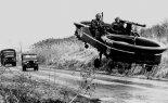 """Latający jeep Piasecki VZ-8P """"Airgeep I"""" podczas prób poligonowych. (Źródło: via """"Piasecki Aircraft Corporation"""")."""