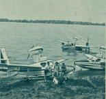 """Amfibie Lake LA-4 """"Buccaneer"""" na brzegu jeziora.  (Źródło: Skrzydlata Polska nr 40/1965)."""