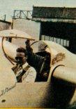 Inż. Skrzydlewski wraz z inż. Abrialem (z tyłu) przed startem do i ot zapoznawczego na AV-22 na lotnisku w Chavenay, 1959 r.  (Źródło: Skrzydlata Polska nr 34/1959).