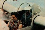 Konstruktor i pilot inż. Kaniewska wraz z inż. Abrialem (z tylu) w kabinie dwumiejscowego szybowca AV-22. Lotnisko w Chavenay, 1959 r.  (Źródło: Skrzydlata Polska nr 34/1959).