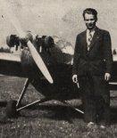 Antoni Kocjan stoi przy motoszybowcu Bąk. (Źródło: archiwum).