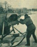 """Śmigłowy ślizgacz lodowy """"Kubuś"""" na jeziorze w Giżycku, w lutym 1963 r. (Źródło: Skrzydlata Polska nr 28/1963)."""