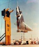 """Drugi prototyp samolotu Ryan X-13 """"Vertijet"""" zawieszony na linie przy pomocy haka dziobowego. (Źródło: US Air Force)."""