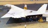 """Samolot North American XB-70A """"Valkyrie"""" w widoku z tyłu. (Źródło: US Goverment)."""