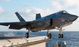 """Pokładowy samolot myśliwski Lockheed Martin F-35C """"Lightning II"""" podczas startu z pokładu lotniskowca  USS Dwight D. Eisenhower (CVN 69). (Źródło: US Navy)."""