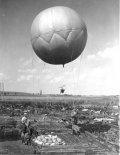 Przygotowanie do wzlotu balonu dla wykonania zdjęcia pionowego nad wykopaliskami w Biskupinie, 1935 r. (Źródło: archiwum).