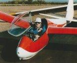 """John Serafin w kabinie szybowca """"Orlik II"""". (Źródło: Przegląd Lotniczy Aviation Revue nr 1/1997)."""