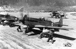 """Samoloty  North American P-51D """"Mustang"""" należące do 2 Squadron South African Air Force używane podczas wojny koreańskiej. 1.05.1951 r. (Źrodło: via Wikimedia Commons)."""