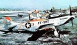 """Szereg F-51D """"Mustang"""" z 67th FBS. 18th Fighter Bomber Wing, Wonju, Korea, wrzesień 1953 r. (Źródło: USAF)."""