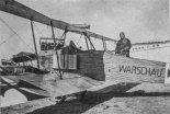 """Samolot DFW B-l o nazwie własnej WARSCHAU. Prawdopodobnie w kabinie stoi pilot Antoni Wroniecki. (Źródło: Herris Jack """"DFW of WWI: A Centennial Perspective on Great War Airplanes"""")."""