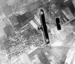 Samolot RAF F.E.2b w locie wysoko nad frontem zachodnim. (Źródło: archiwum).