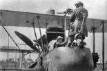 Obserwator samolotu F.E.2d demonstruje użycie karabinu maszynowego Lewis strzelającego do tyłu ponad górnym płatem. Obserwator stał na brzegu kabiny. Samolot posiadał kamerę fotograficzną i niestandardowy stały kaem Lewis pilota. (Źródło: archiwum).